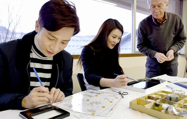 絵付けを楽しむ香港のブロガー=2月19日、福井県鯖江市うるしの里会館
