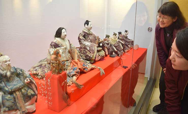 諏訪市博物館が展示した幕末の作とみられるひな人形