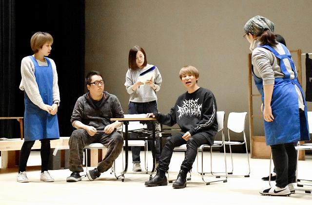 本番に向け、練習に励む市民劇団のメンバー=2月18日、福井県坂井市みくに未来ホール