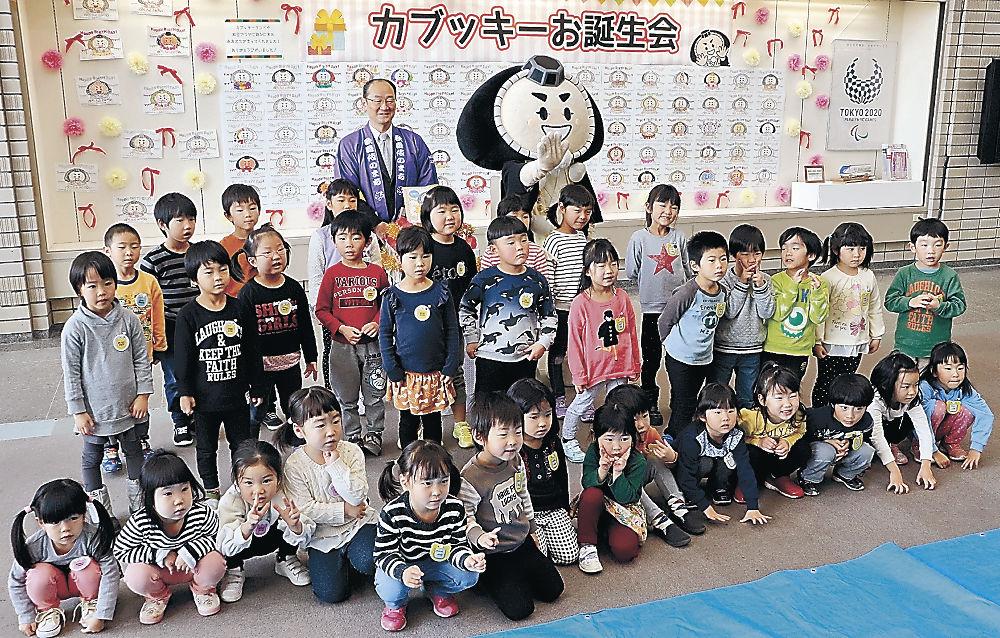 園児と記念撮影するカブッキー=小松市役所