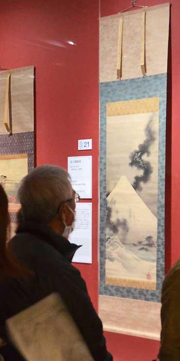 北斎館所蔵の「富士越龍図」(右)などが並ぶ「新・北斎展」の会場=東京