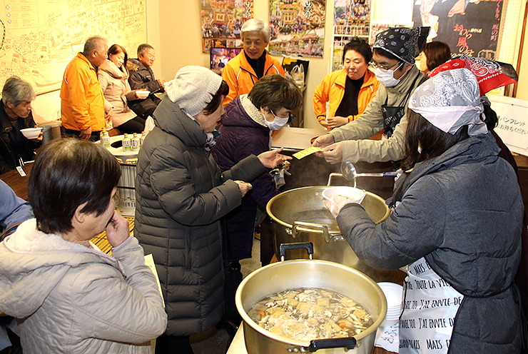 商店街の4カ所に設けられた鍋料理を提供する「おもてなし処」=富山市八尾町上新町
