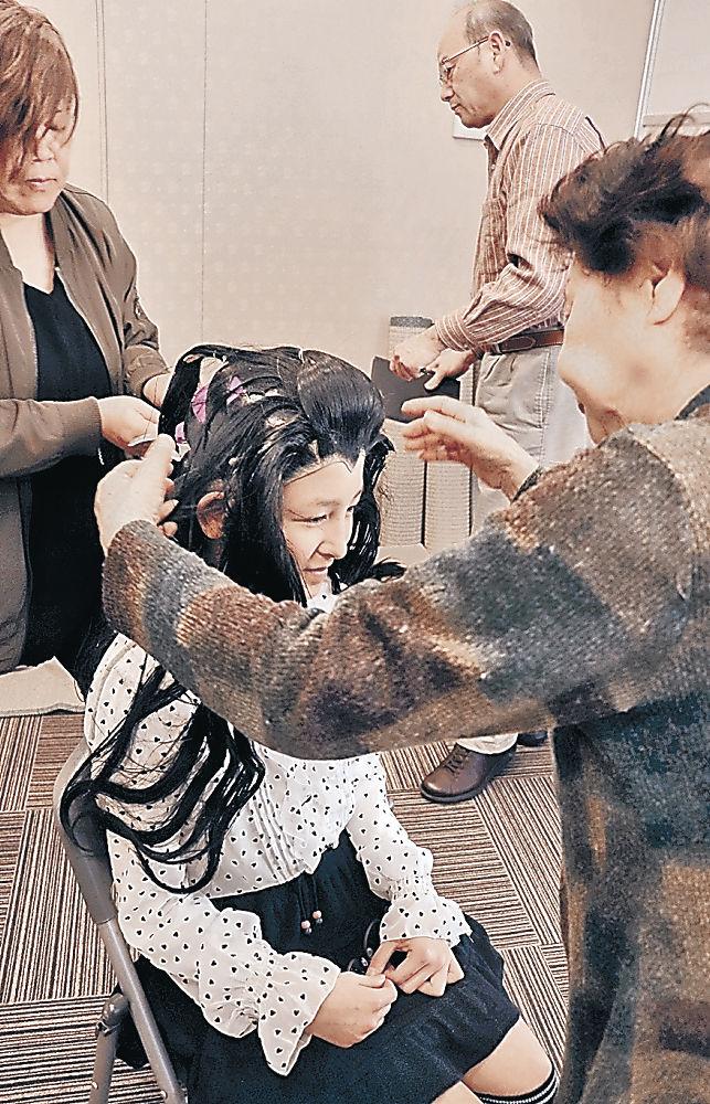 かつらを合わせる子供役者=小松市の曳山交流館「みよっさ」
