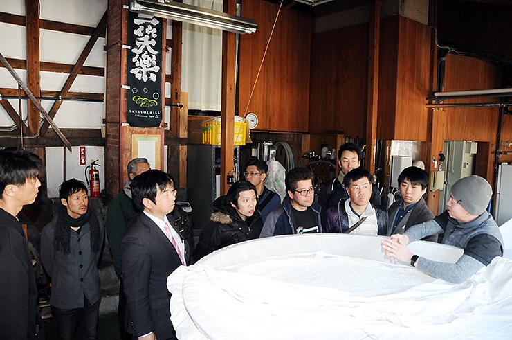 日本酒の製造工程を学ぶメンバー