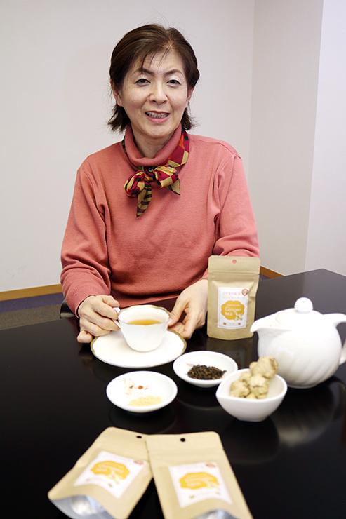 上市産のショウガを使った紅茶を手にする下田代表