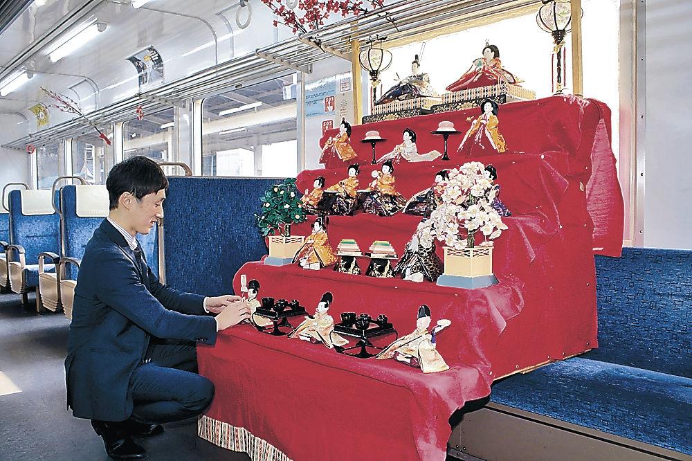 ひな人形が飾られた車両=のと鉄道穴水駅