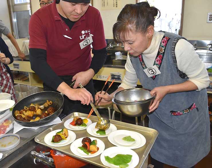 鹿の肉団子を皿に盛り付けるコンテスト参加者