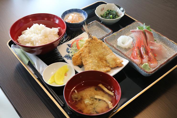 刺し身と揚げ物が楽しめる魚津丸定食(税込み1500円)