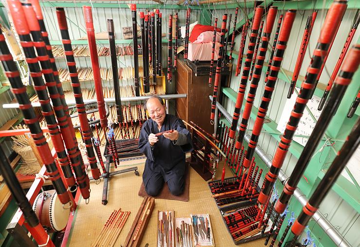 祭りシーズンに向けて作られる竹笛=高岡市伏木一宮