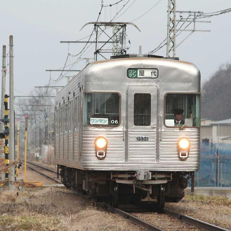 長野電鉄の旧屋代線を走る「O6編成」(長野電鉄提供)