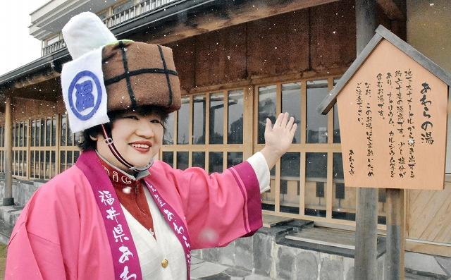あわらの名物ガイドとして奮闘する「淳子姉さん」=福井県あわら市のあわら温泉湯のまち広場
