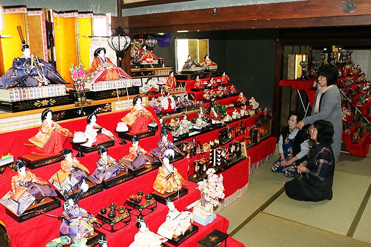 優美な人形が飾られたまつり会場=旧宮崎酒造