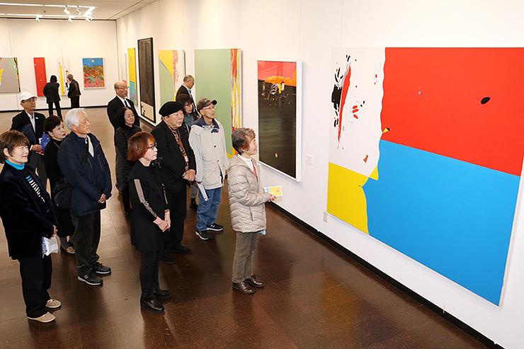 野上さんが生涯を通して追求した抽象画をそろえた会場=県民会館美術館