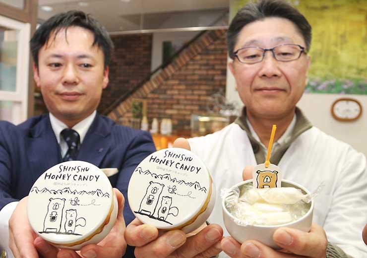 「信州はみつキャンディ」を手にする太田代表(右)と井上常務執行役員