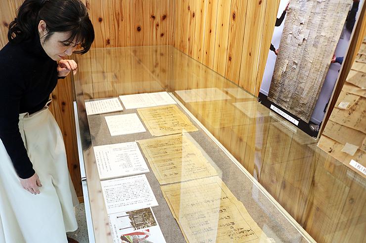 境関所跡の様子を伝える古文書を見る川端さん