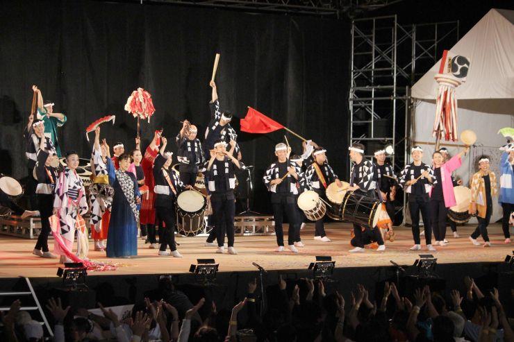 昨年のアース・セレブレーションで演奏する太鼓芸能集団「鼓童」=2018年8月、佐渡市小木町