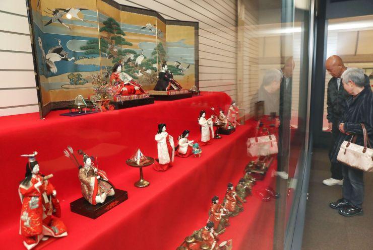 牧野家に伝わるひな人形が並ぶ「おひなさま展」=1日、長岡市幸町2