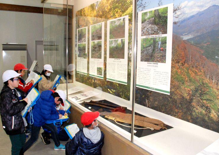 遺跡発掘調査速報展の会場で、地域の昔の姿を勉強する子どもたち=三条市