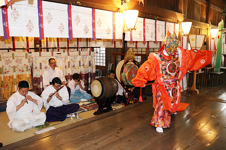 放生津八幡宮の拝殿で「蘭陵王の舞」のリハーサルを行う神職