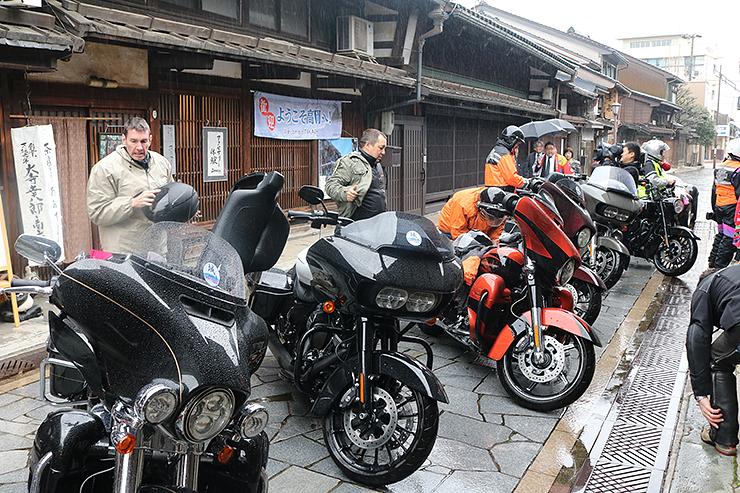 ハーレーダビッドソンのオートバイで高岡市金屋町に到着した参加者