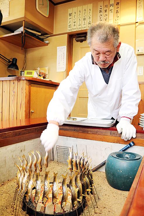 サクラウグイを炭火で焼く中井さん=川魚料理「きぶね」