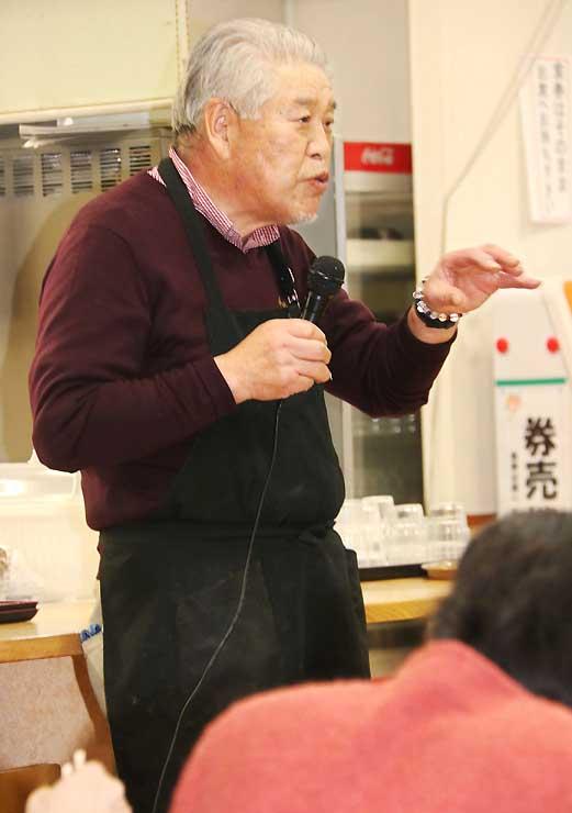 組合員らを前に地域の食や道の駅の接客などについて話す斎藤さん