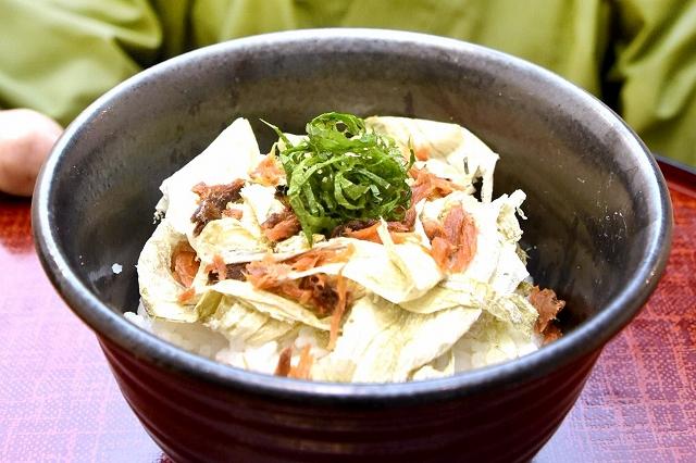 二州地区3市町の特産品がコラボした「つるみみ丼」=3月6日、福井県敦賀市野神の与三郎寿し野神店