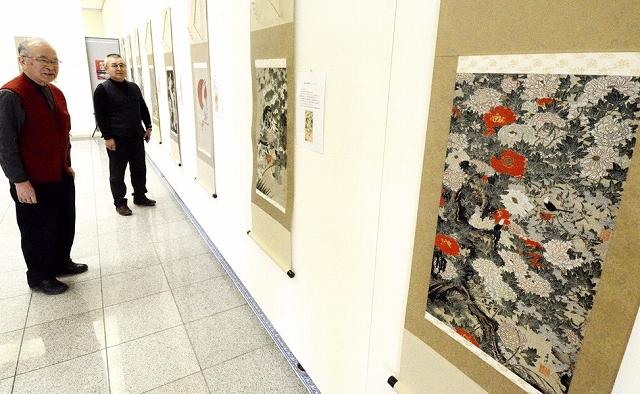 伊藤若冲の名画を再現した西陣織作品が並ぶ展示会=3月8日、福井県坂井市ハートピア春江