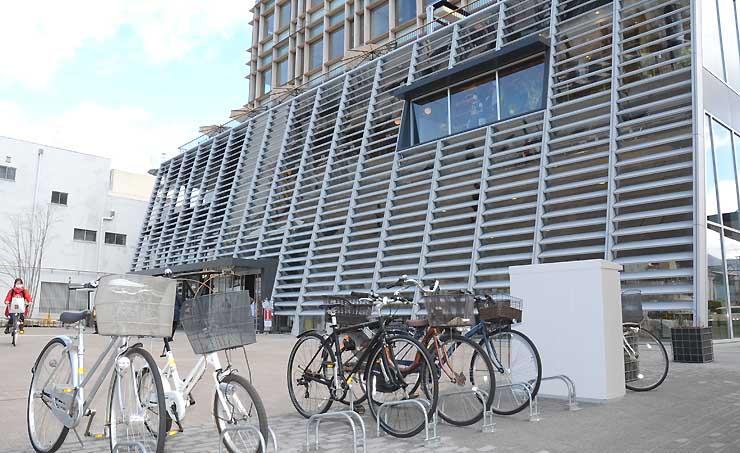 「サイクルポート」が設置される信濃毎日新聞松本本社「信毎メディアガーデン」