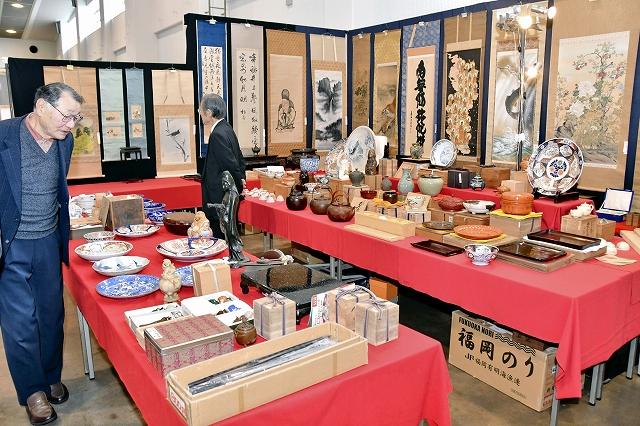 骨董品がずらりと並ぶ会場=3月8日、福井県福井市の県産業会館