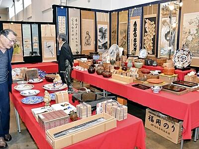 骨董品ずらり、来場者品定め 福井県産業会館