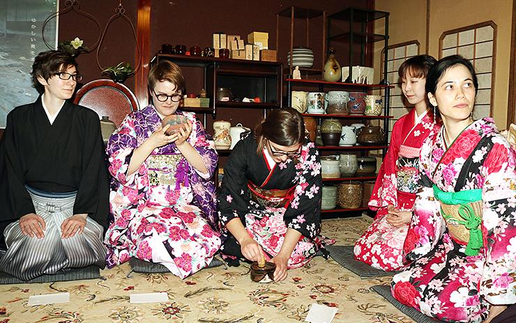 和服姿で茶道を楽しむ参加者