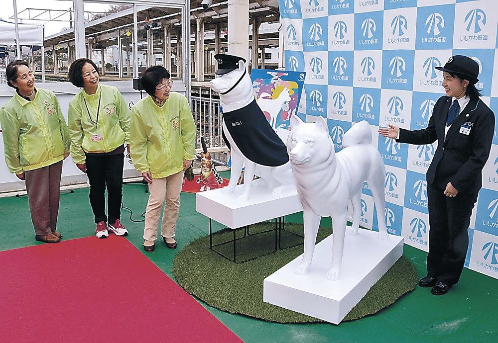 広場に設置された犬の像=津幡町のIRいしかわ鉄道津幡駅