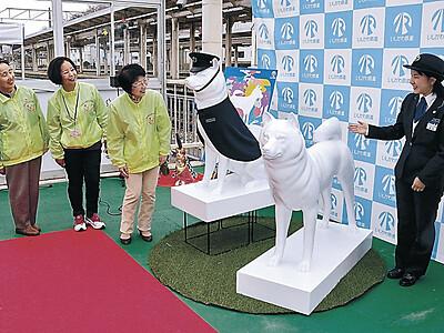 犬の駅・津幡 伝説にちなみ像や足跡装飾