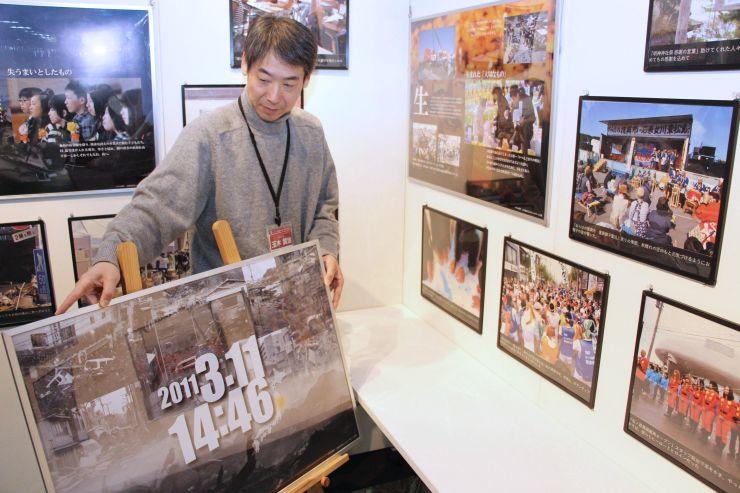 きおくみらいで始まる東日本大震災の企画展の準備作業=7日、長岡市大手通2