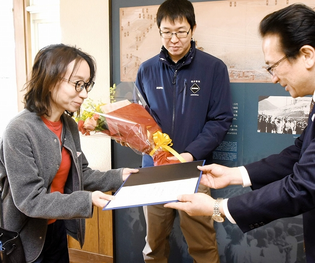 渕上市長から記念証などを受け取る野上さん(左)と中山さん=3月9日、福井県敦賀市の人道の港敦賀ムゼウム
