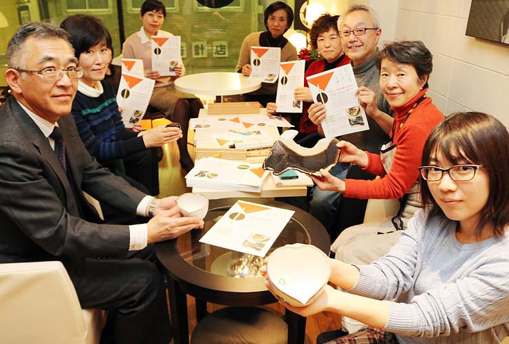 イベント準備の打ち合わせをする若手茶人=富山市中央通り1丁目のCafe'54