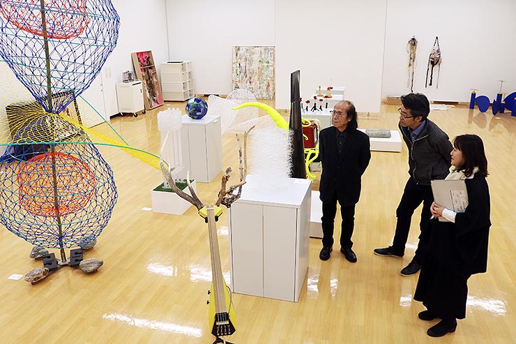 作品を選考する(右から)麻生さん、内呂さん、加賀谷さん=アートハウスおやべ