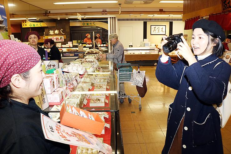 和菓子の取材をするリュウさん(右)