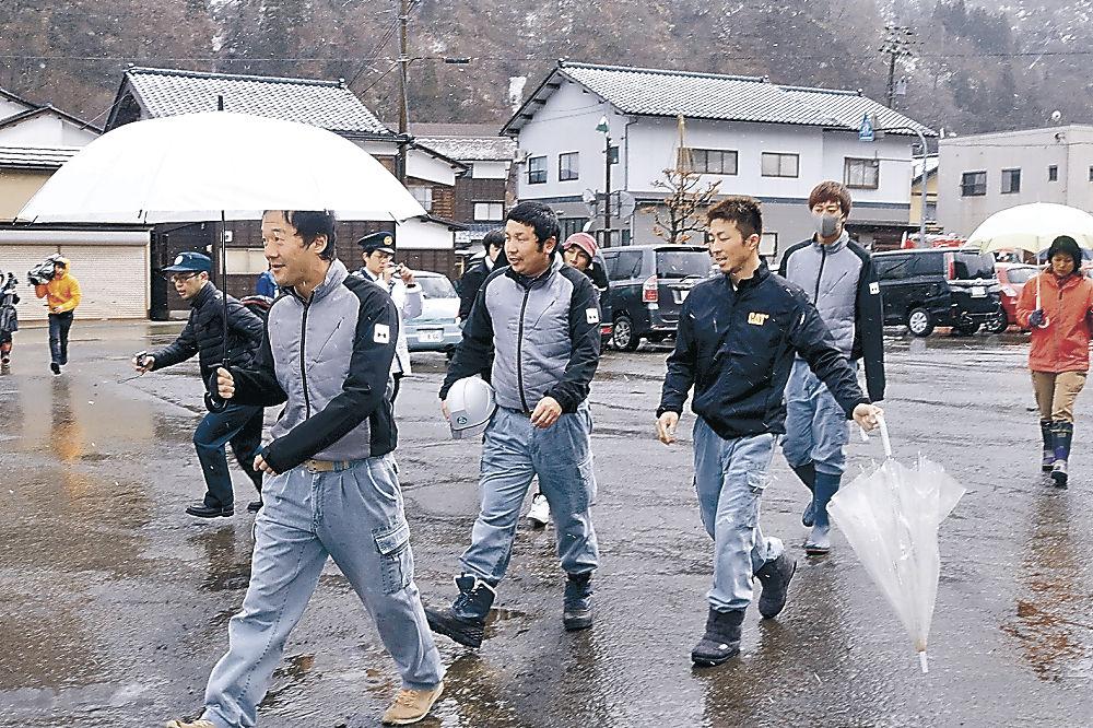 避難訓練に取り組む参加者=白山市白峰