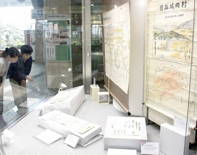 勝山市文化財に指定された松平氏の古文書などが並ぶ企画展=3月13日、福井県勝山市教育会館