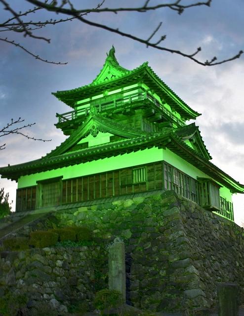 緑色のライトで照らされた丸岡城=3月12日夜、福井県坂井市丸岡町霞町1丁目