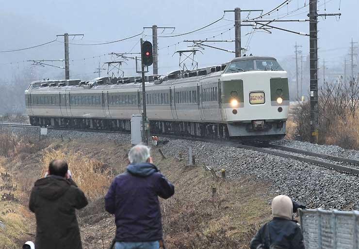 定期運転を終える189系車両の快速「おはようライナー」。鉄道ファンがカメラを向けた=13日、麻績村