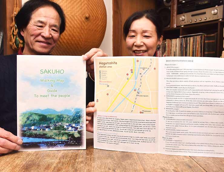 ガイドマップを持つ西村寛さん(左)と佳寿子さん