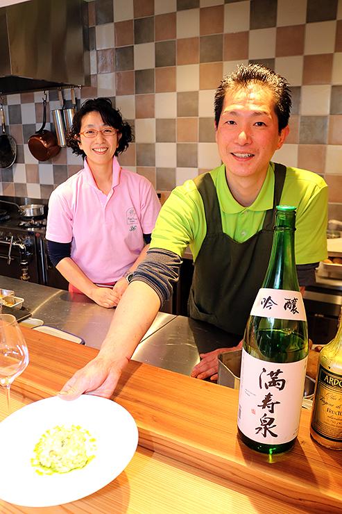 地物の食材を使った一皿を提供するオーナーシェフの鈴木さん(右)と妻の裕子さん=富山市東岩瀬町