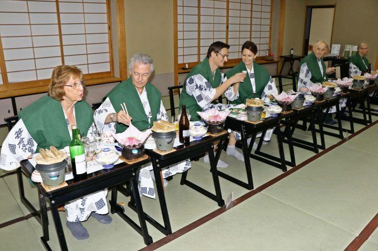 笹倉温泉龍雲荘で和食を味わう東京マラソンに出場したスイス人ら=糸魚川市