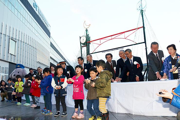 黒部宇奈月温泉駅前でイルミネーションを点灯する関係者や子どもたち=黒部市地域観光ギャラリー