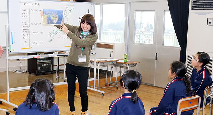 特別授業で児童に上市町の魅力を伝える岡田さん