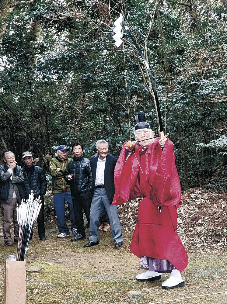弓を引く猿女宮司=珠洲市三崎町寺家