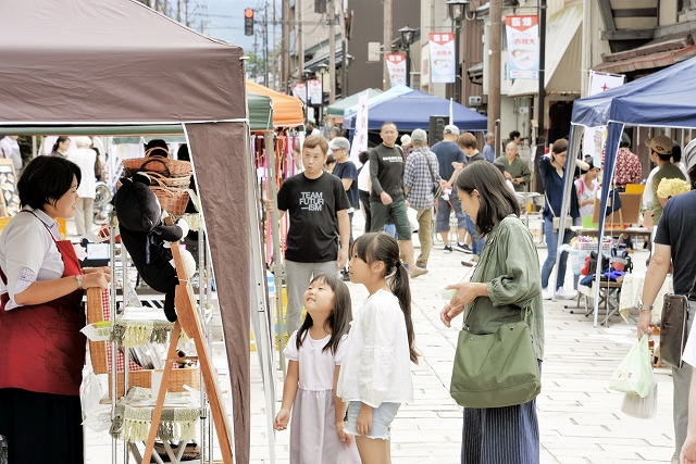 手作り品のブースが並んだ第3回七間楽市=2018年9月、福井県大野市